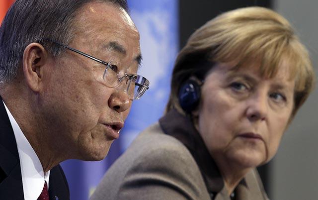Nemecká kancelárka Angela Merkelová (vpravo) počas tlačovej konferencie s generálnym tajomníkom OSN Pan Ki-munom