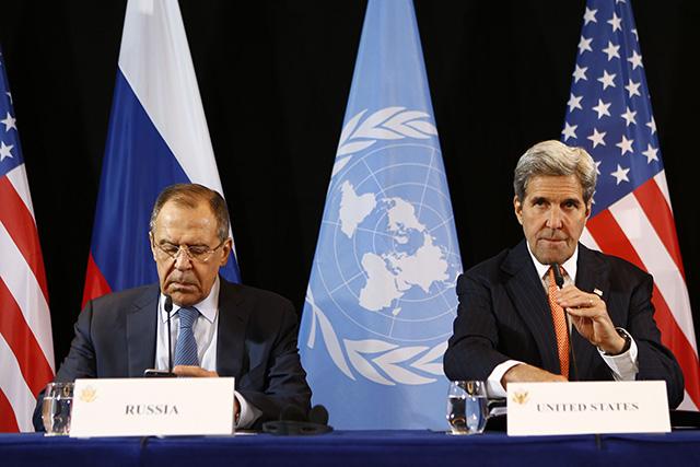 Šéfovia americkej a ruskej diplomacie John Kerry (vpravo) a Sergej Lavrov.