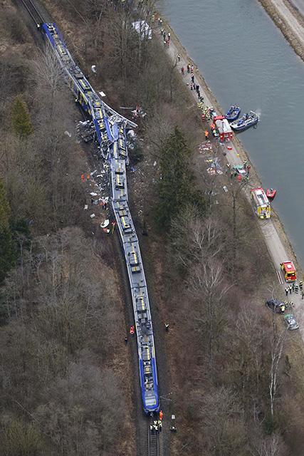 Na archívnej leteckej snímke z 9. februára 2016 záchranné zložky pracujú na mieste zrážky dvoch vlakov v nemeckom Bad Aiblingu.
