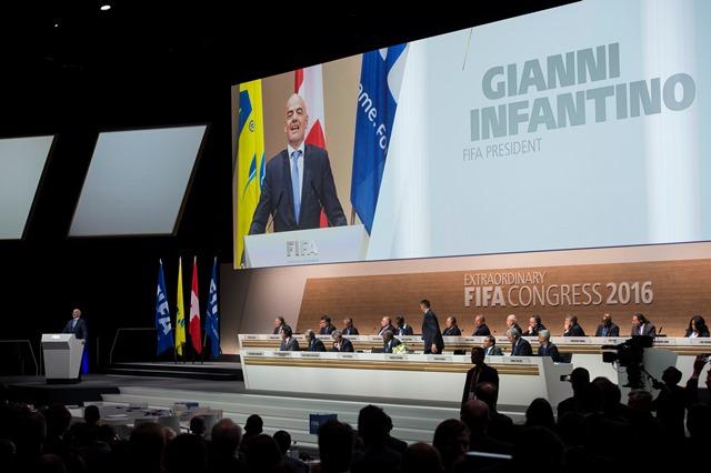 Na snímke nový prezident Medzinárodnej futbalovej federácie (FIFA) a nástupca Josepha Blattera -  Švajčiar Gianni Infantino - reční po svojom zvolení počas mimoriadneho kongresu FIFA vo švajčiarskom Zürichu