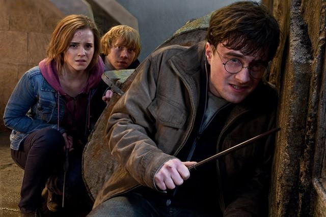 Na snímke zľava Emma Watsonová, Rupert Grint a Daniel Radclife  v scéne  záverečného filmu zo slávnej série o čarodejníkovi: Harry Potter a Dary smrti II.