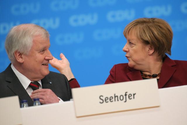 Na snímke vpravo nemecká kancelárka Angela Merkelová a vľavo bavorský premiér Horst Seehofer