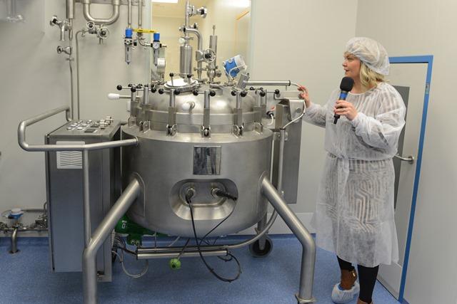 Na snímke Martina Vulganová, predsedníčka predstavenstva a generálna riaditeľka IMUNA PHARM, a.s., počas prehliadky nových výrobných priestorov
