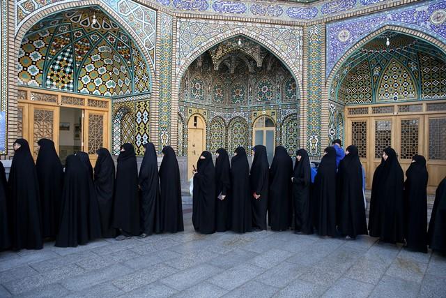 Na snímke iránske ženy stoja v rade pred volebnou miestnosťou