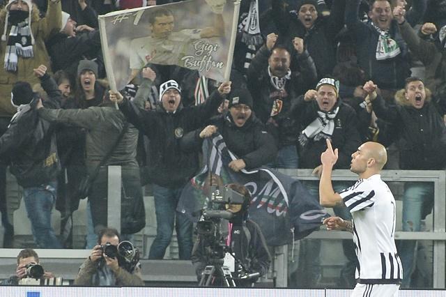 Futbalista Juventusu Turín  Simone Zaza sa tešší po strelení gólu v sobotnom ššlágri 25. kola talianskej futbalovej Serie A  Juventus Turín - SSC Neapol v Turíne 13. februára 2016. Juventus vyhral 1:0.