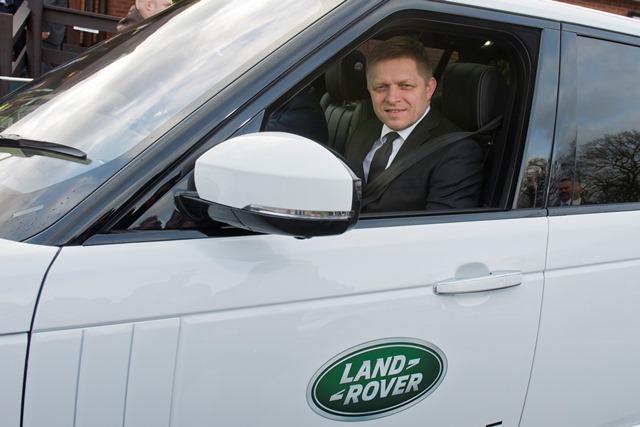 Na snímke premér SR Robert Fico v automobile počas návštevy v závode automobilky Jaguar Land Rover v meste Solihull vo Veľkej Británii