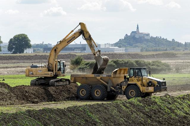 Na snímke prípravné zemné práce pred výstavbou strategického parku