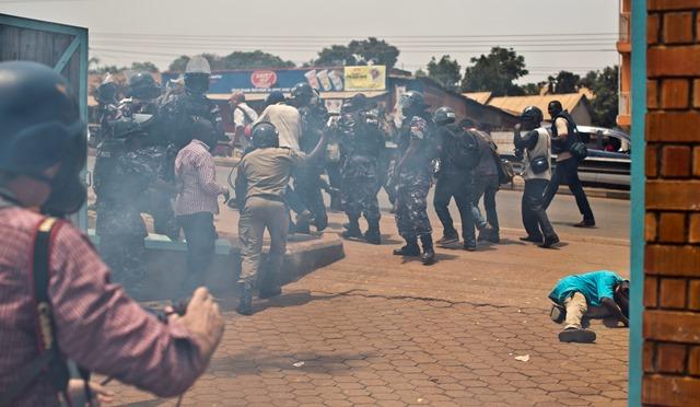 Na snímke príslušníci bezpečnostných zložiek zasahujú proti demonštrantom