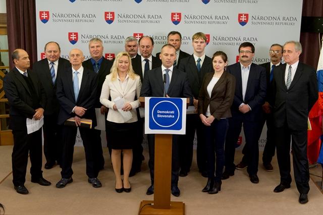 Na snímke uprostred líder politickej strany Demokrati Slovenska Ľudovít Kaník