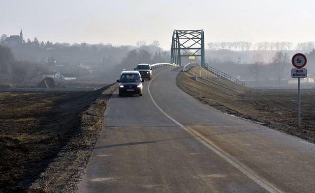 Na snímke autá jazdia cez nový most ponad rieku Hornád