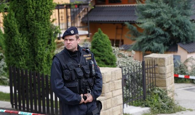 Na snímke z roku 2013 policajt stojí pred miestnom činu