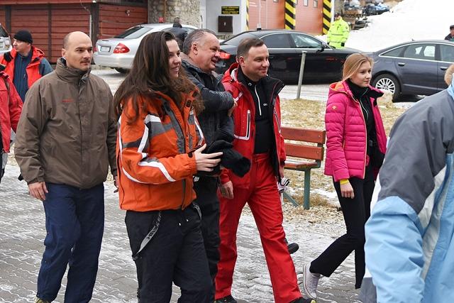 Na snímke prezident Slovenskej republiky Andrej Kiska (tretí zľava) v rozhovore s prezidentom Poľskej republiky Andrzejom Dudom (druhý sprava) v spoločnosti svojich dcér Natálie Kiskovej (druhá zľava) a Kingy Dudovej (vpravo) počas nástupu na kabínkovú lanovku v lyžiarskom stredisku v Tatranskej Lomnici vo Vysokých Tatrách