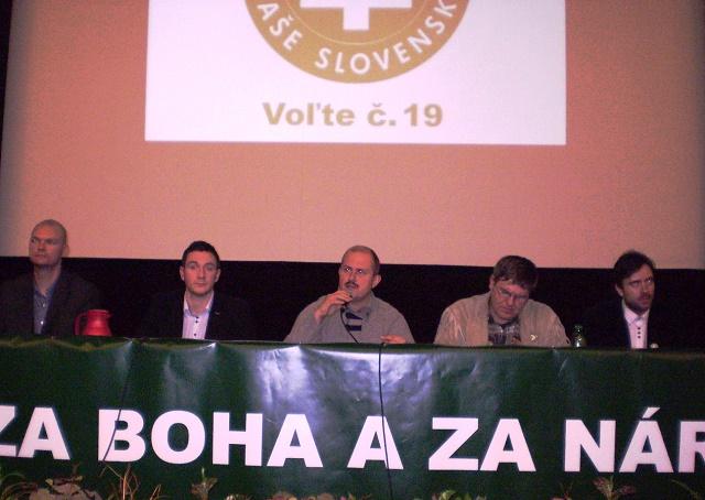 Na snímke predstavitelia ĽSNS na mítingu v Nitre