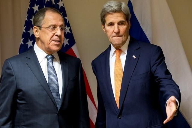 Na snímke americký minister zahraničných vecí John Kerry a ruský minister zahraničných vecí Sergej Lavrov