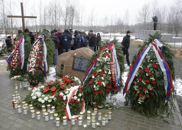 Na snímke sa ľudia zhromaždili okolo pamätníka na počesť obetí tragickej dopravnej nehody poľského vládneho špeciálu