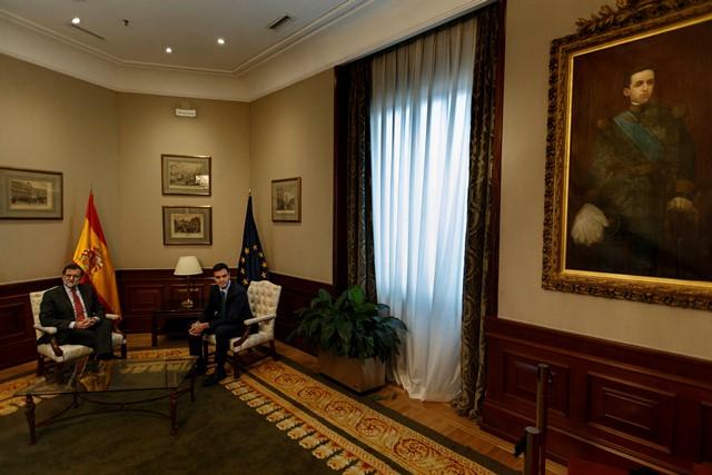 Na snímke španielsky premiér Mariano Rajoy a líder socialistov Pedro Sánchez
