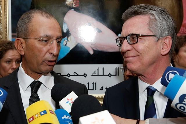 Na snímke vpravo nemecký minister vnútra Thomas de Maiziere a vľavo marocký minister vnútra Muhammad Hassád