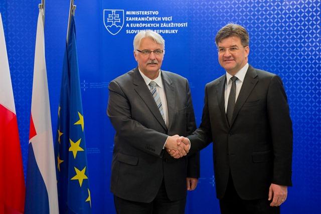 Na snímke minister zahraničných vecí a európskych záležitostí SR Miroslav Lajčák (vpravo) a minister zahraničných vecí Poľskej republiky Witold Waszczykowski (vľavo)