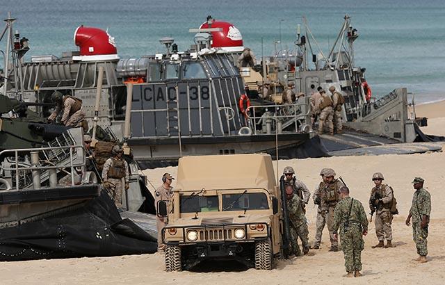 Vojaci NATO počas cvičného vylodenia v Portugalsku z 20. októbra 2015, kedy sa vojakom podarilo zapadnúť v piesku.