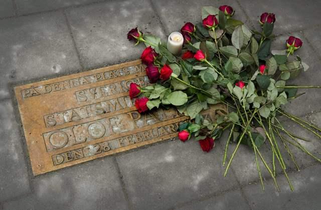 Na snímke kvety ležia na plakete , ktorá pripomína miesto , kde pred 25 rokmi zastrelili na ulici v Štokholme švédskeho premiéra Olofa Palmeho