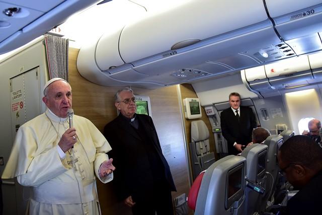 Na snímke vľavo pápež František