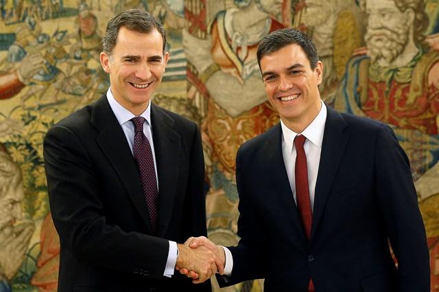 Na snímke španielsky kráľ Filip VI. (vľavo) a líder socialistov Pedro Sánchez