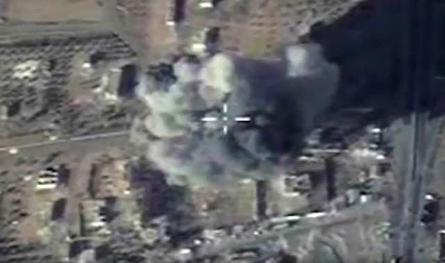Na leteckej snímke ruského ministerstva obrany je útok ruskej ponorky, ktorá po prvý raz zasiahla ciele extrémistickej organizácie Islamský štát (IS) na území Sýrie