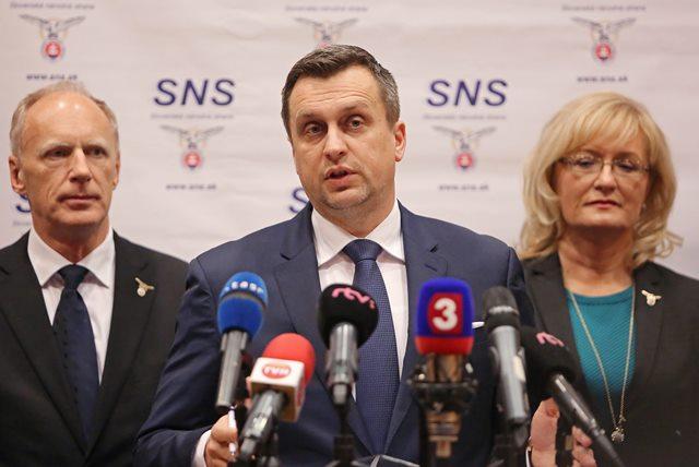 Na snímke zľava prvý podpredseda Slovenskej národnej strany (SNS) Jaroslav Paška, predseda SNS Andrej Danko a podpredsedníčka SNS Eva Smolíková