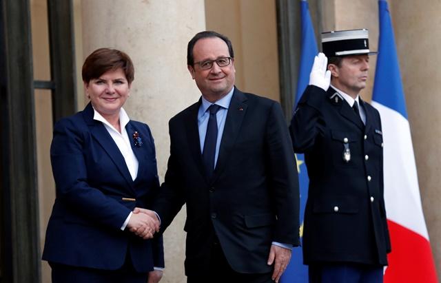 Na snímke zľava poľská premiérka Beata Szydlová a francúzsky prezident Francois Hollande
