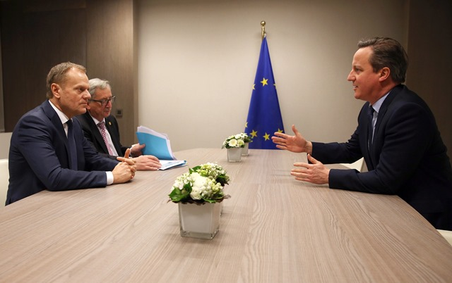 Na snímke Jean-Claude Juncker, Donald Tusk a David Cameron