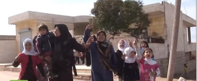 Na snímke z videa ženy a deti vítajú vojakov sýrskeho prezidenta Bašára Asada