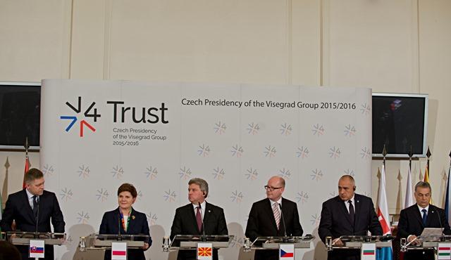 Na snímke zľava Robert Fico (Slovensko), Beata Szydlová (Poľsko), prezident Gjorge Ivanov (Macedónsko), Bohuslav Sobotka (Česko), Bojko Borisov (Bulharsko) a Viktor Orbán (Maďarsko)