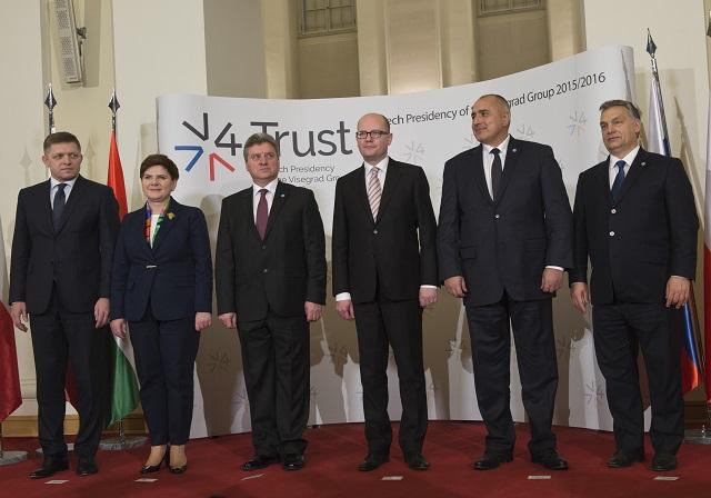 Na snímke zľava Robert Fico (Slovensko), Beata Szydlová (Poľsko), prezident Gjorge Ivanov (Macedónsko), Bohuslav Sobotka (Česko), Bojko Borisov (Bulharsko) a Viktor Orbán (Maďarsko) počas fotografovania pred rokovaním mimoriadneho summitu predsedov vlád krajín Vyšehradskej štvorky a zástupcov Macedónska a Bulharska k migračnej kríze v Prahe