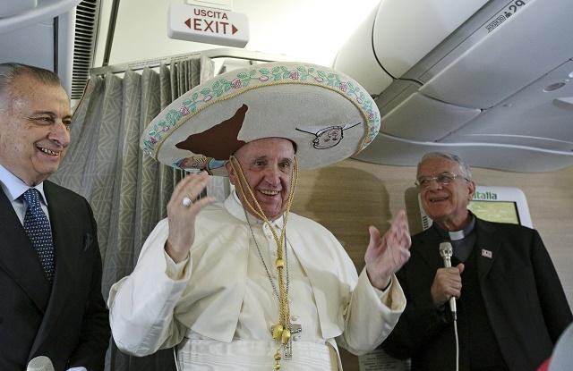 Pápežž Františšek sa tešší z daru mexického novinára - pravého mexického sombrera