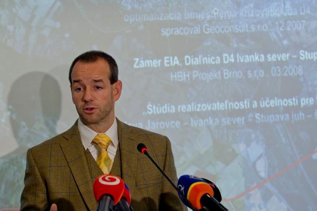 Na snímke štátny tajomník ministerstva dopravy, výstavby a regionálneho rozvoja SR Viktor Stromček