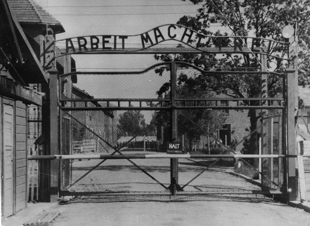 Hlavný vchod do nacistického tábora v Osvienčime