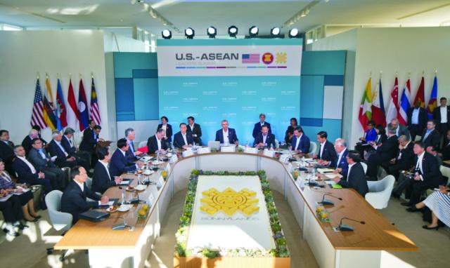 """rezident USA Barack Obama (v strede) rozpráva na plenárnom zasadnutí počas summitu Združenia krajín juhovýchodnej Ázie (ASEAN) v americkom Rancho Mirage 15. februára 2016. Obama otvoril v pondelok v Kalifornii dvojdňové rokovania s lídrami 10 krajín juhovýchodnej Ázie, ktoré sú členmi tamojšieho regionálneho bloku. Summit historického významu by mal byť venovaný ekonomickým a bezpečnostným otázkam v období """"asertívnej prítomnosti"""" Číny v priľahlom regióne"""