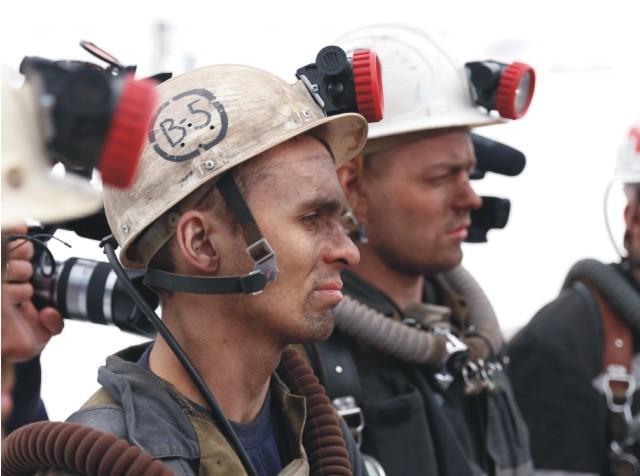 Na snímke záchranári počúvajú inštrukcie v ruskom meste Vorkuta 26. februára 2016. Šesť záchranárov zabil 28. februára 2016 v poradí už druhý výbuch za niekoľko dní v uhoľnej bani v severoruskom meste Vorkuta, kde po explózii zo štvrtka tohto týždňa zostalo uviaznutých 26 baníkov
