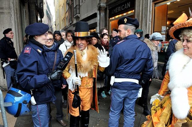 Na snímke príslušník polície kontroluje účastníka Benátskeho karnevalu pri Námestí svätého Marka
