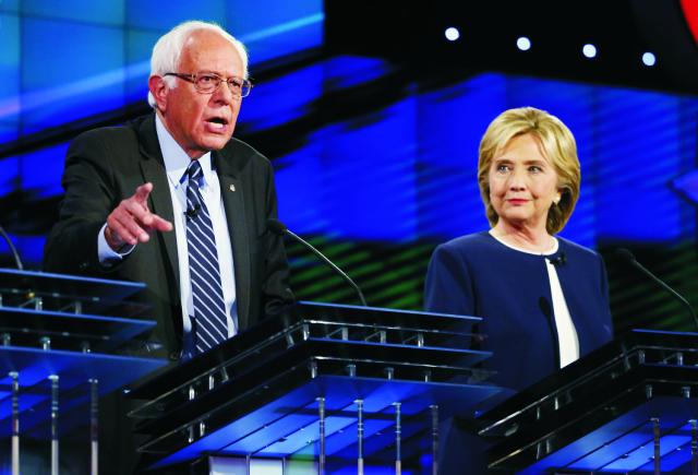 Na snímke Bernie Sanders a Hillary Clintonová