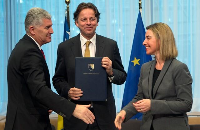 Na snímke bosniansky prezident Dragan Čovič (vľavo) predložil holandskému ministrovi zahraničných vecí Bertovi Koendersovi (uprostred) žiadosť svojej krajiny o členstvo v Európskej únii. Vpravo vysoká predstaviteľka EÚ pre zahraničné veci a bezpečnostnú politiku Federica Mogheriniová