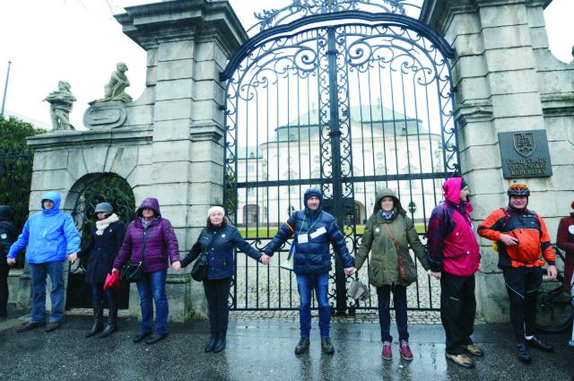 Pred Úradom vlády na Námestí slobody v Bratislave vytvorili v pondelok 1. februára 2016 živú reťaz učitelia, rodičia a všetci nespokojní občania so stavom v školstve