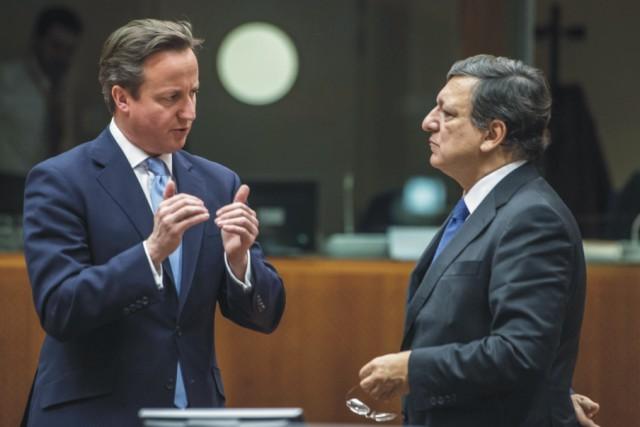 Britský  premiér David Cameron (vľavo) a predseda Európskej komisie José Manuel Barroso