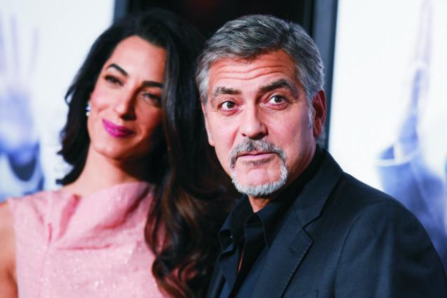 Na snímke herec a producent George Clooney s manželkou Amal