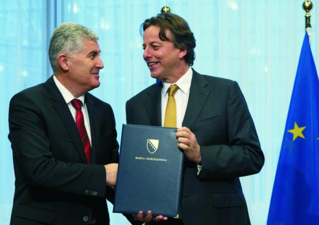 Bosniansky prezident Dragan Čovič (vľavo) predložil holandskému ministrovi zahraničných vecí Bertovi Koendersovi (vpravo) žiadosť svojej krajiny o členstvo v Európskej únii 15. februára 2016 v Bruseli