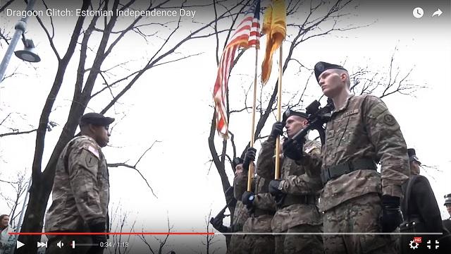 Vojaci NATO na vojenskej prehliadke v Estónsku počas slávenia Dňa nezávislosti minulého roku