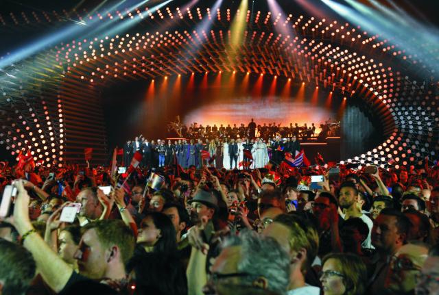 Na archívnej snímke z roku 2015 súťažiaci Eurovízie na pódiu