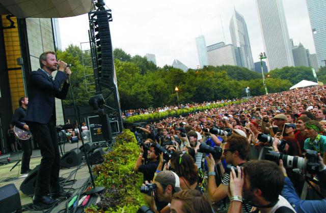 Matt Berninger zo skupiny The National  vystupuje na hudobnom festivale Lollapalooza