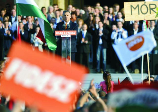 Na archívnej snímke predseda maďarskej vlády a predseda Fideszu Viktor Orbán reční pred tisíckami priaznivcov vládnych strán Fidesz-KDNP na budapeštianskom Námestí hrdinov