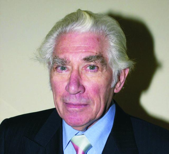 Na archívnej snímke z 25. januára 2001 herec Frank Finlay